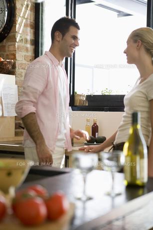 グラスの置かれたテーブルとカップルの写真素材 [FYI00478092]
