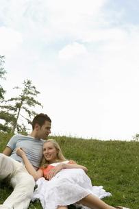 芝生で寝そべるカップルの写真素材 [FYI00478094]