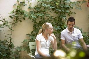 ベンチに座るカップルの写真素材 [FYI00478096]