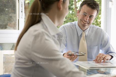 談笑するビジネスマンとビジネスウーマンの写真素材 [FYI00478105]
