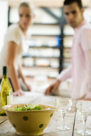テーブルの傍に座るカップルの写真素材 [FYI00478116]