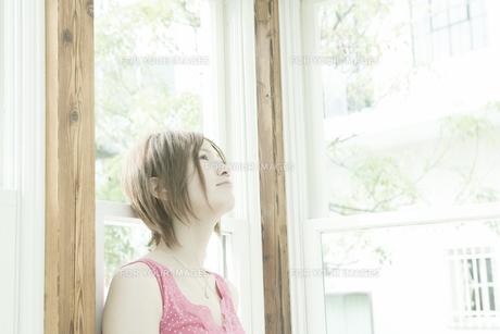 窓辺に立つ女性の写真素材 [FYI00478132]