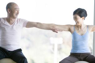 バランスボールをする男女の写真素材 [FYI00478143]