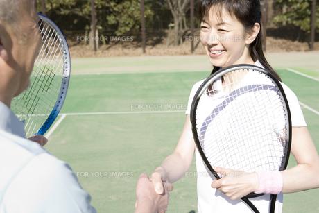 テニスをする男女の写真素材 [FYI00478145]