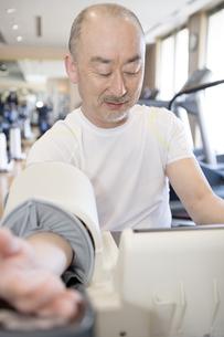 血圧を計る男性の写真素材 [FYI00478149]