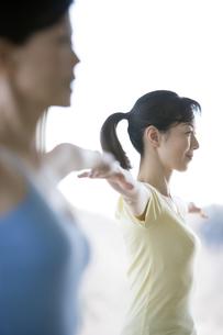 バランスボールをする女性の写真素材 [FYI00478150]