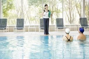 プールに入るミドルエイジの男女の写真素材 [FYI00478159]