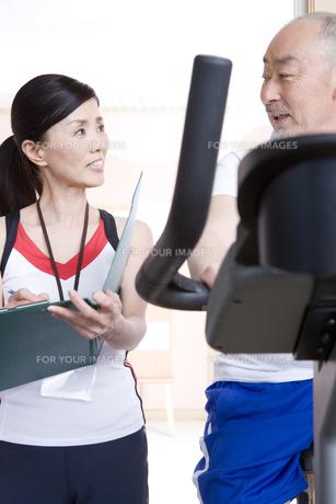 フィットネスをする男性とトレーナーの写真素材 [FYI00478177]