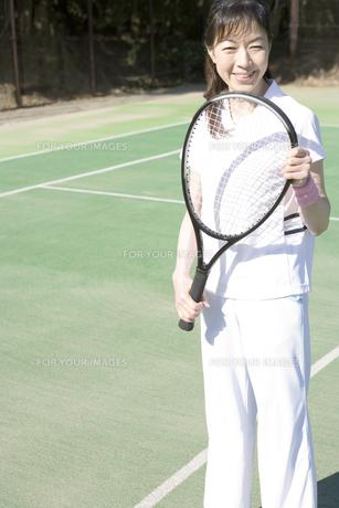 テニスラケットを持つ女性の写真素材 [FYI00478228]