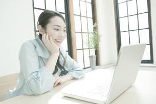 パソコンを見る女性の写真素材 [FYI00478257]