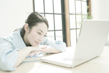 パソコンを見る女性の写真素材 [FYI00478262]