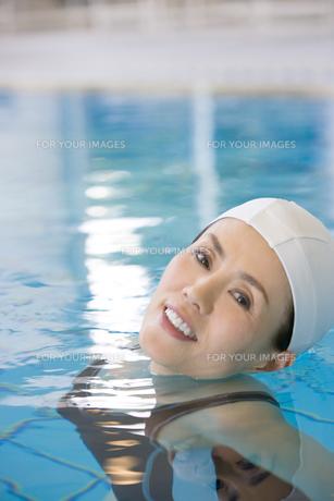 プールに入る女性の素材 [FYI00478314]