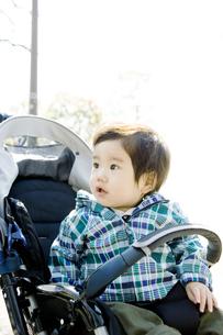 ベビーカーに乗る赤ちゃんの写真素材 [FYI00478329]