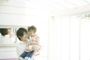 娘を抱き上げる父の写真素材 [FYI00478330]