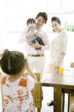 家族の写真を撮る女の子の写真素材 [FYI00478331]