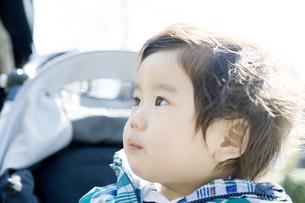 ベビーカーに乗る赤ちゃんの写真素材 [FYI00478361]