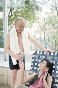 プールサイドに座る男女の写真素材 [FYI00478367]