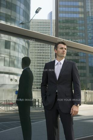 ビルの前に立つビジネスマンの写真素材 [FYI00478383]