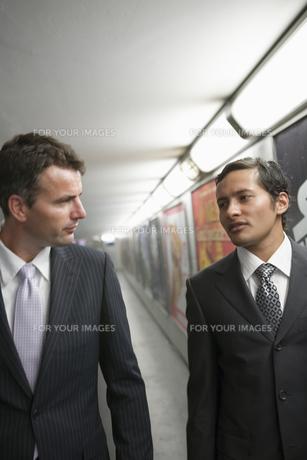 会話をするビジネスマンの写真素材 [FYI00478388]