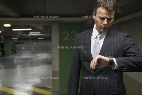 時計を見るビジネスマンの写真素材 [FYI00478391]