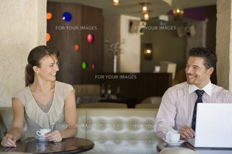 カフェで微笑み合う男女の写真素材 [FYI00478396]