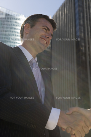 握手をするビジネスマンの写真素材 [FYI00478403]
