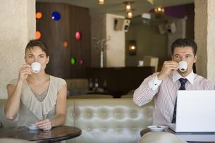 カフェでコーヒーを飲む男女の写真素材 [FYI00478405]