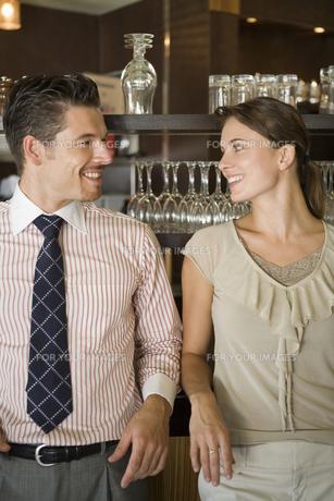 笑顔で見つめ合うカップルの写真素材 [FYI00478406]