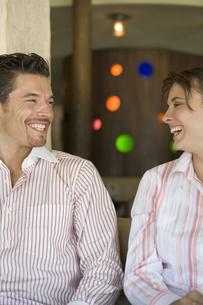 笑顔で見つめ合うカップルの写真素材 [FYI00478411]