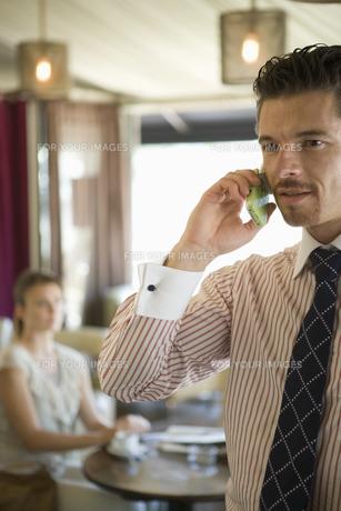 携帯電話をかける男性の写真素材 [FYI00478412]