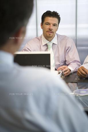 会議中のビジネスマンたちの写真素材 [FYI00478414]