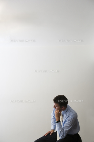 考え事をするビジネスマンの写真素材 [FYI00478424]