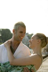 女性を抱きかかえる笑顔の男性の写真素材 [FYI00478439]