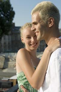 体を寄せ合うカップルの写真素材 [FYI00478442]