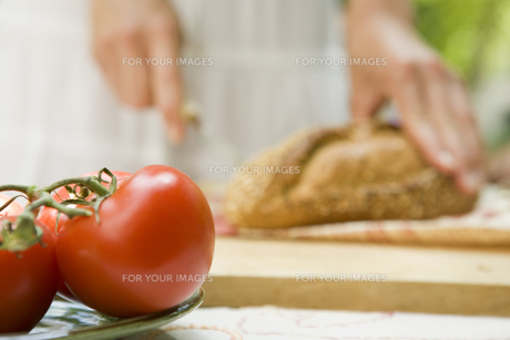 料理する手元の写真素材 [FYI00478482]