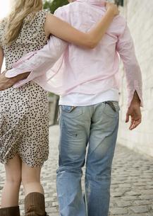 肩を組んで歩くカップルの写真素材 [FYI00478487]