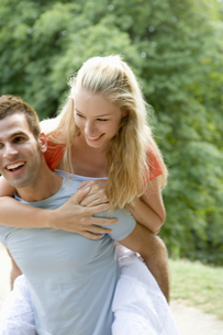 女性をおんぶする男性の写真素材 [FYI00478489]