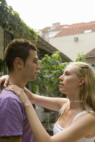 見つめ合うカップルの写真素材 [FYI00478497]