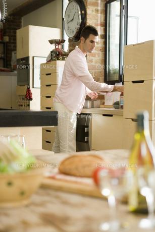 料理の置かれたテーブルと男性の写真素材 [FYI00478499]