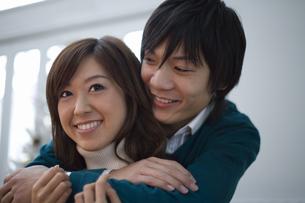 肩を抱き寄り添うカップルの写真素材 [FYI00479747]