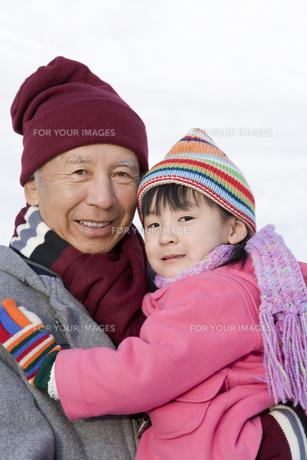 冬の祖父と女の子の写真素材 [FYI00479757]