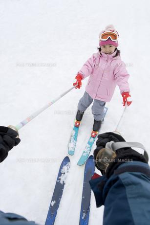 スキーをする親子の写真素材 [FYI00479759]
