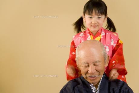 肩たたきをする女の子と祖父の写真素材 [FYI00479767]