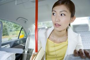 タクシーに乗って行き先を告げるの写真素材 [FYI00479799]