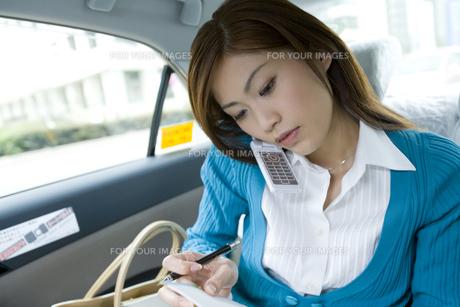 タクシー内で電話する女性の写真素材 [FYI00479804]
