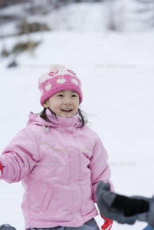雪原に佇む女の子の写真素材 [FYI00479814]