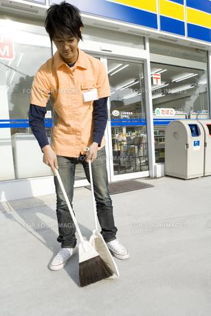 掃除をするコンビニの店員の写真素材 [FYI00479839]