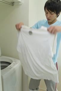 洗濯されたTシャツを持つ男性の写真素材 [FYI00479899]