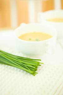チャイブとスープの写真素材 [FYI00479937]