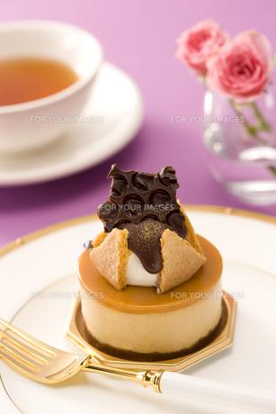 キャラメルムースのチョコレートケーキと紅茶の写真素材 [FYI00479988]